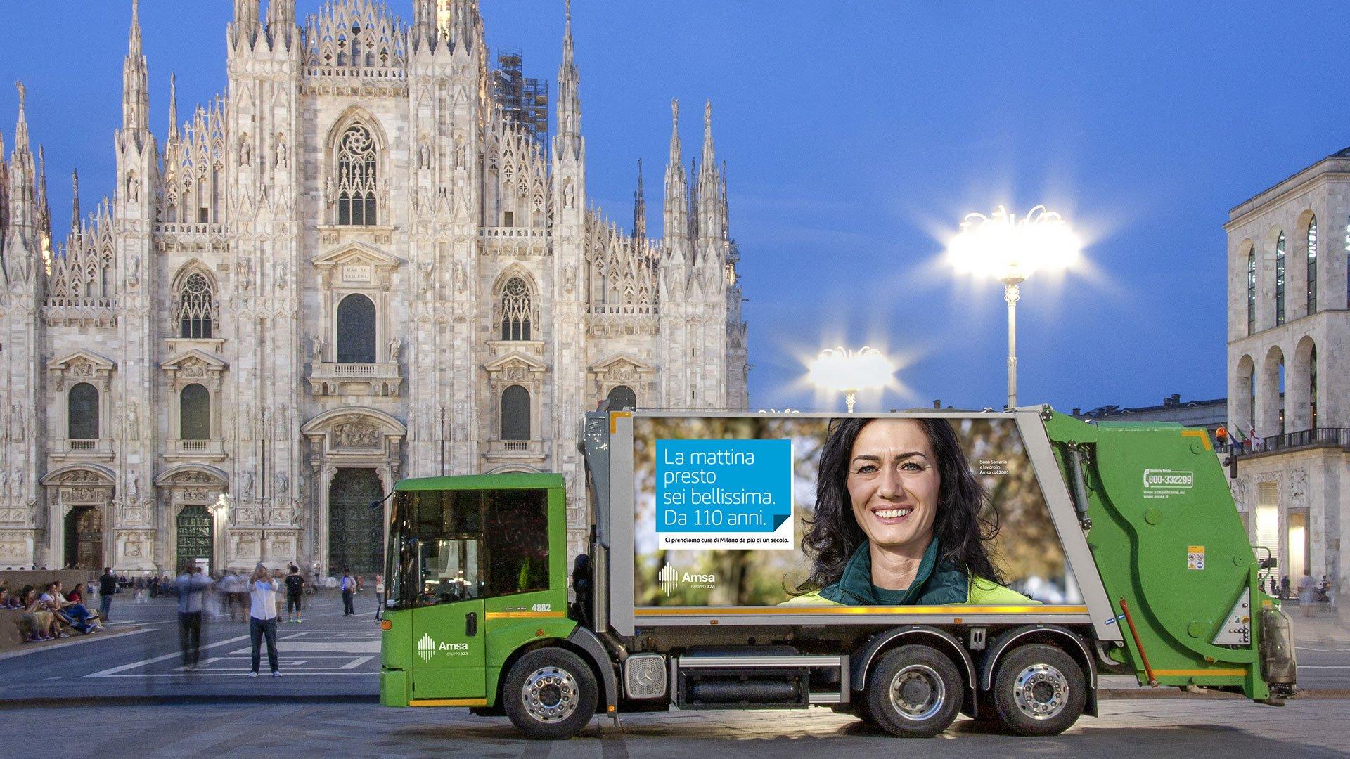 Campagna adv su automezzo Amsa in Piazza Duomo