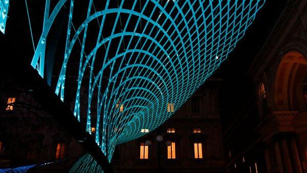 installazione luminosa in Piazza della Scala