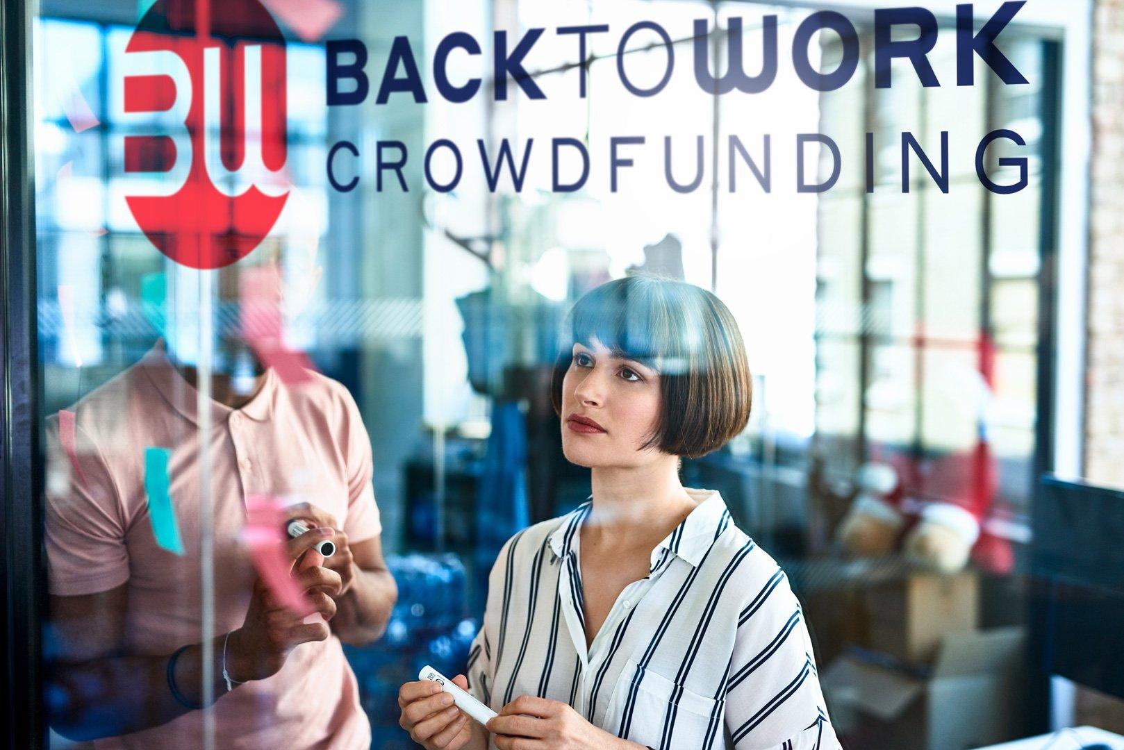 Nuovo Logo BacktoWork sulla parete trasparente di un ufficio